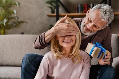 Ein Mann überreicht einer Frau ein Geschenk