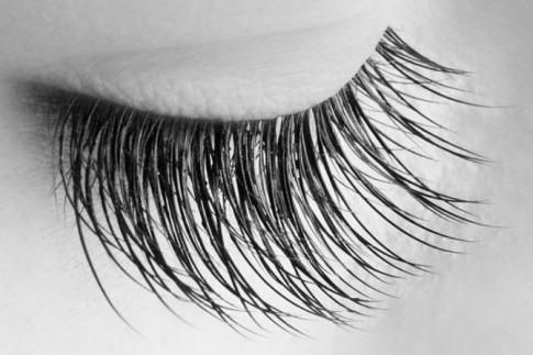 Ein geschlossenes Auge hat einen dichten Wimpernkranz