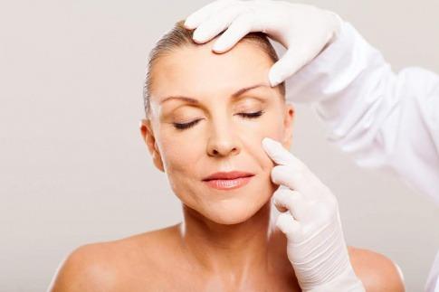 Lipofilling eignet sich zur Faltenbehandlung genauso wie zur Brustvergrößerung.