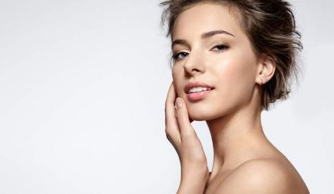 Junge Frau mit schöner Haut