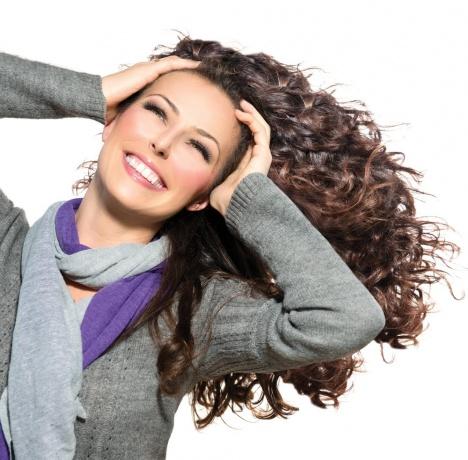Frau strafft ihre Gesichtskonturen durch Übungen