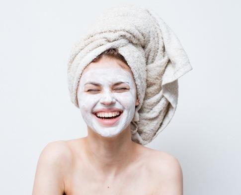 Eine Frau hat eine Peel off Maske