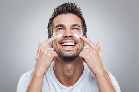 Ein Mann macht eine Gesichtspflege