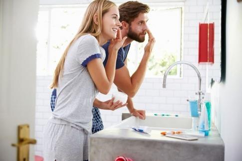 Ein Mann und eine Frau machen Gesichtspflege. Routine ist wichtig