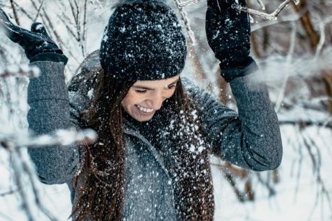 Eine Frau ist gut gelaunt und gesund im Winter