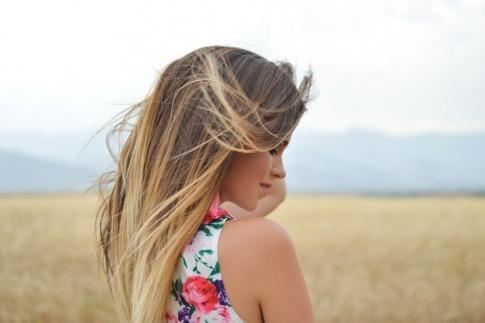 Eine Frau hat gesund wirkende Haare