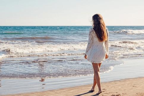 Eine Frau am Strand hat gesunde, kräftige Haare
