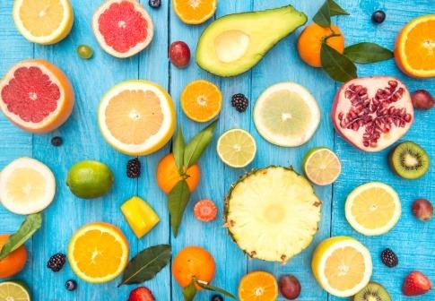 Gabeln mit Obst und Gemüse auf den Zinken