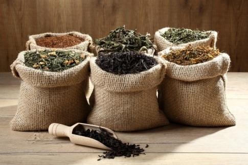 Säckchen mit getrocknetem Tee stehen nebeneinander