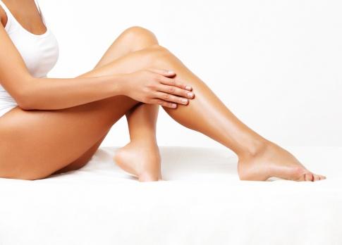 Eine Frau zeigt ihre glatten Beine nach einer dauerhaften Haarentfernung
