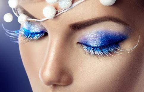 Eine Frau trägt ein festliches Augen Make up