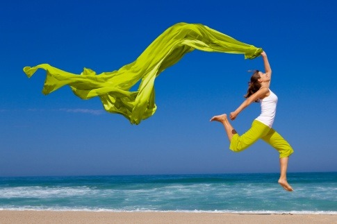 Eine Frau mit einem Tuch in der Hand freut sich über ihr glückliches Leben
