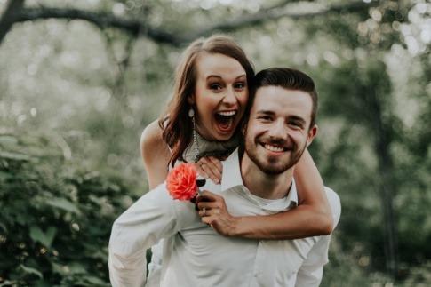 Ein glückliches Paar lächelt