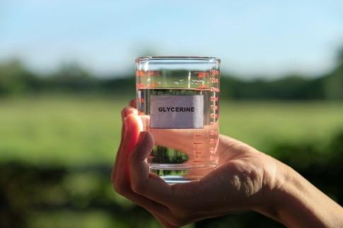 Glas mit flüssigem Glycerin für Kosmetik