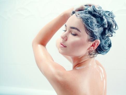 Frau shampooniert Haare