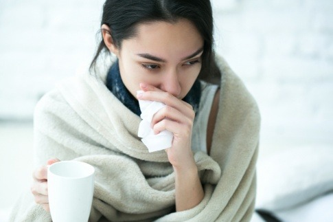 Eine Frau hat Grippe oder Erkältung