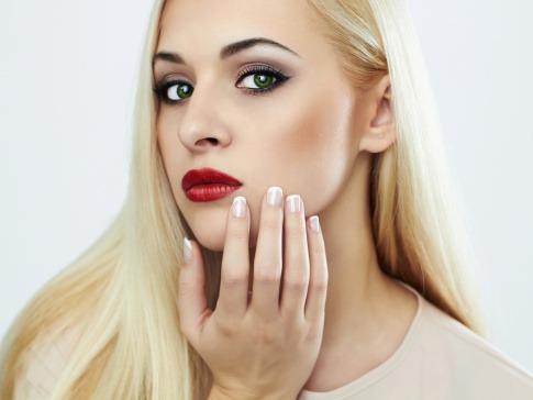 Eine Frau hat grüne Augen und blonde Haare