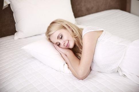 Eine Frau schläft gut im Winter