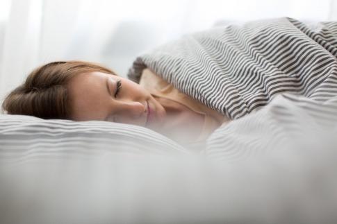 Eine Frau schläft gut