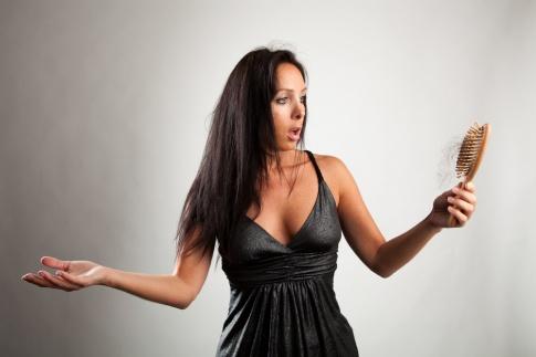 Eine Frau hat Haarausfall, Ernährung kann helfen