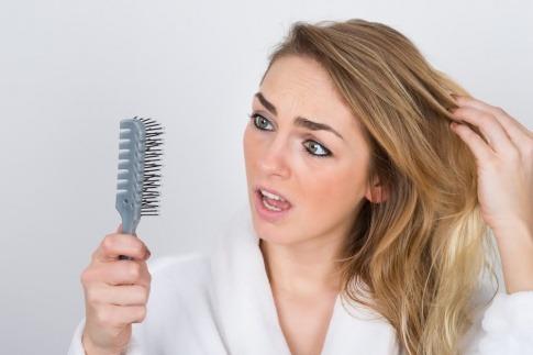 Die Haare einer Frau brechen ab
