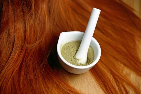 Haare werden mit Naturfarben gefärbt