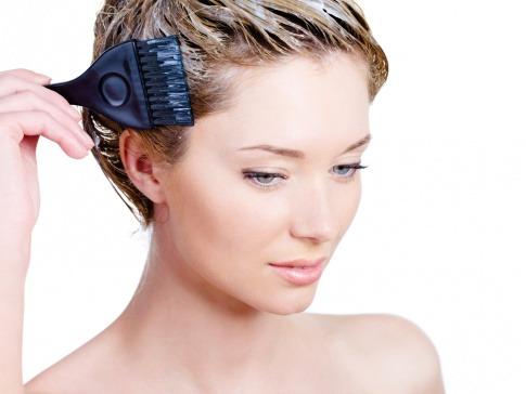 Eine Frau beim Haare färben
