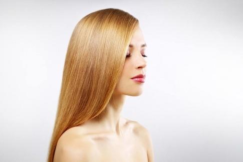 Eine Frau hat glänzende glatte Haare, vielleicht durch Laminieren