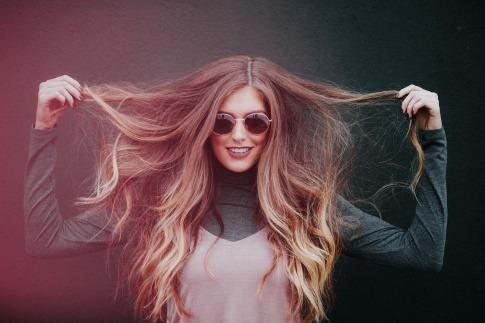 Eine Frau zeigt ihre Haare
