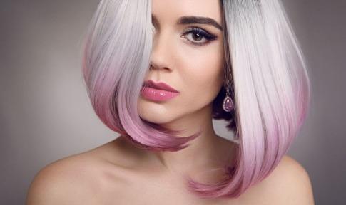 Eine Frau mit gefaerbten Haaren