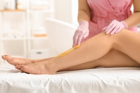 Haarentfernung mit Sugaring bei Beinen einer Frau