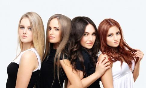 Haarfarben Trends 2022 am Beispiel von vier Frauen mit unterschiedlichen Frisuren.