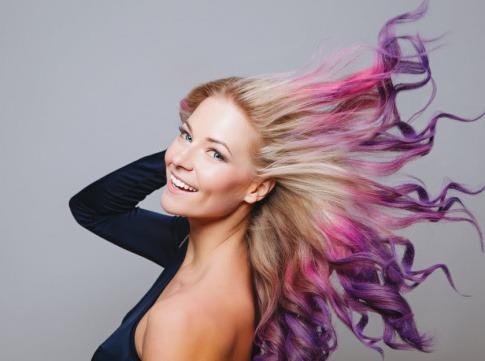 Frau mit verschiedenen Haarfarben