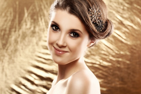 Eine Frau trägt eine Haarnadel