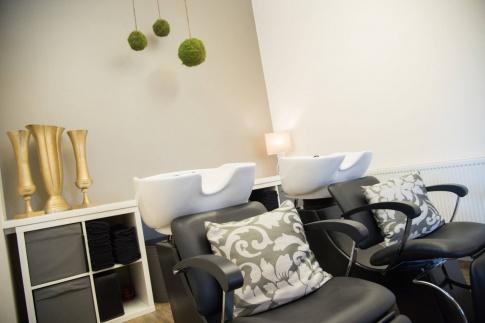 Im Salon Haarschneider in Allhartsberg stehen die Sesseln mit Waschbecken