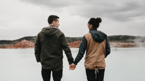Ein Mann und eine Frau halten sich an den Händen