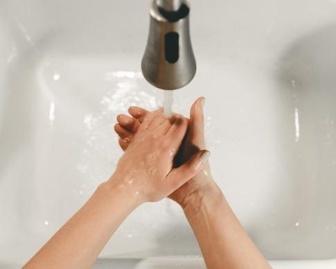 Jemand ist beim Hände waschen