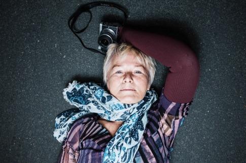 Eine Frau hat ein Halstuch um