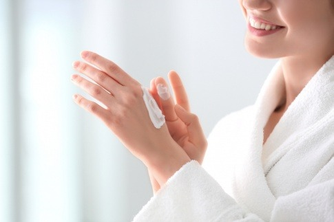 Frau mit selbst gemachter Handcreme auf Hand