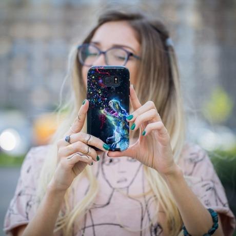 Eine Frau hat eine kreative Handyhülle