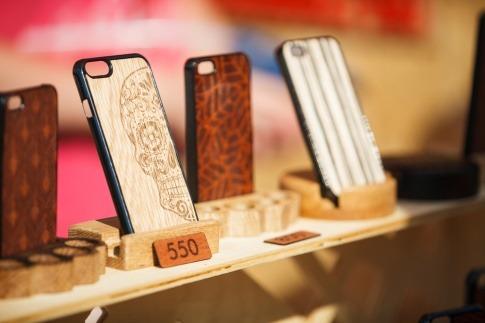Eine Frau hat eine Handyhülle aus Holz
