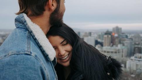 Eine Frau und ein Mann führen eine harmonische Partnerschaft