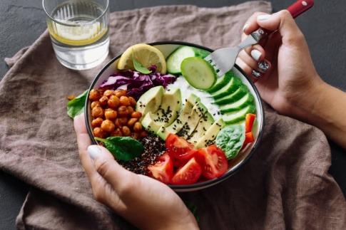 Teller mit Gemüse und Hülsenfrüchten.