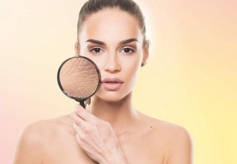 Eine Frau zeigt mit Lupe das Mikrobiom der Haut
