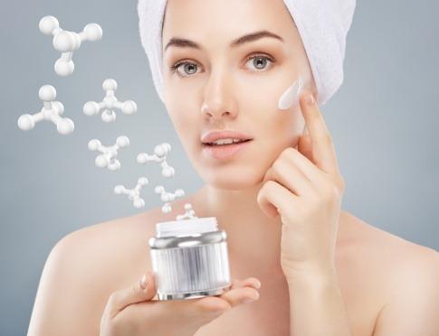 Gesicht einer Frau mit chemischen Bausteinen