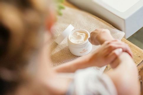 Eine Frau verwendet hochwertige Hautpflege