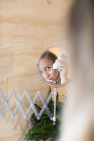 Eine Frau macht Hautpflege im Gesicht