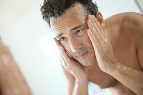 Ein Mann ist bei einer Hautpflege für Männer