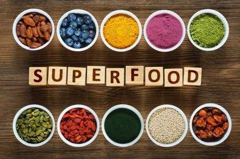 Zehn kleine Schalen, in denen heimische Superfoods und auch solche aus fernen Landen geschmackvoll angerichtet sind.