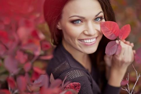 Eine Frau mit Herbst Styling lächelt